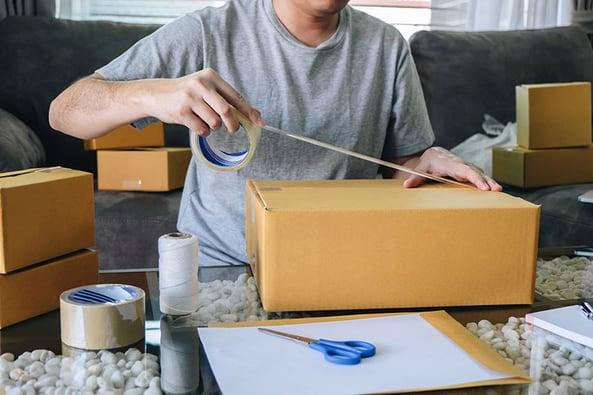 Return_parcel_man_packing