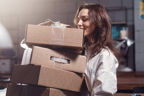 woman_deliver_parcel_order